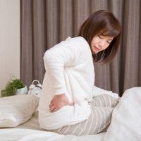 朝スッキリ起きるために、寝る前にやるべき腰痛ストレッチ